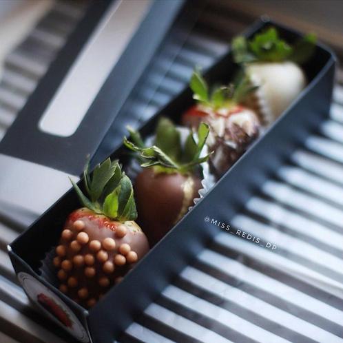 Набор из 4 клубник в шоколаде ассорти