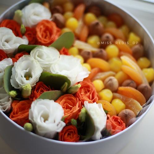 Коробка сухофрукты, пекан, цветы
