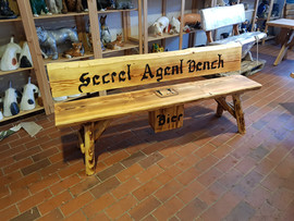 Secret Agent Bench + Bierkasten