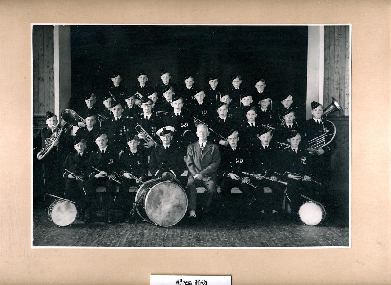 1949 FMK med nye uniformer.jpg