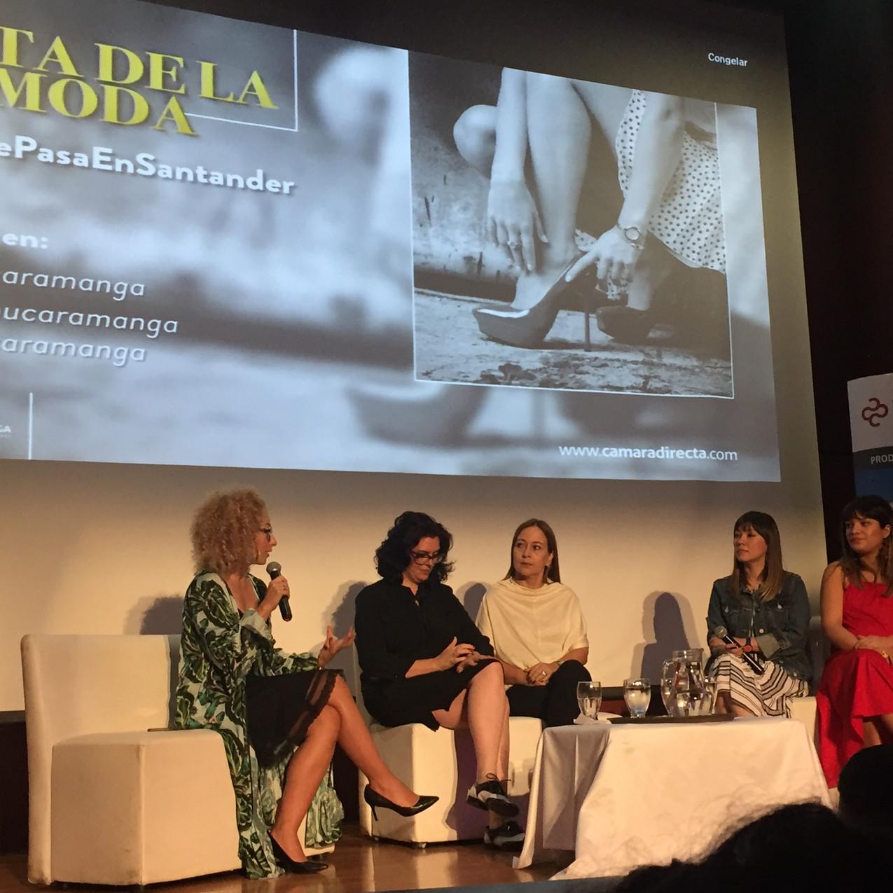 Panel junto a empresarios