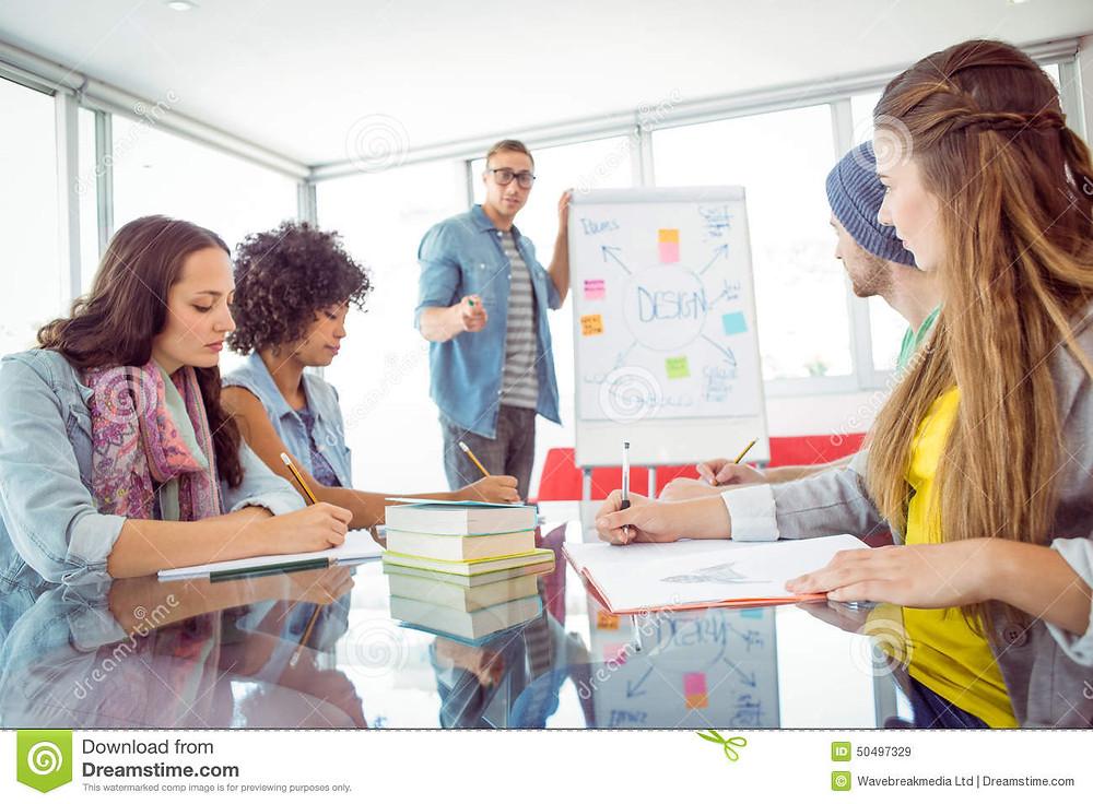 Un líder de equipo es una buena opción al  momento de realizar trabajo colaborativo para así dar orden y una guía al trabajo a realizar.  (Foto tomada de es.dreamstime.com)