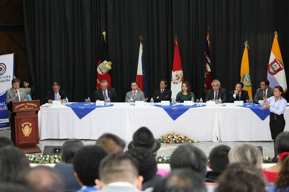 Autoridades durante la sesión solemne