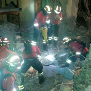 Bomberos imbabureños rescatan víctimas de hotel desplomado en Pedernales