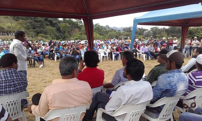Autoridades llegaron a Intag para explicar beneficios mineros en una reunión marcada por la tensión