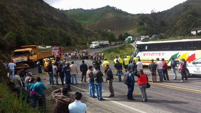ACTUALIZACIÓN: Un muerto y 13 heridos es el saldo de choque entre una Velotax y una volqueta cerca d