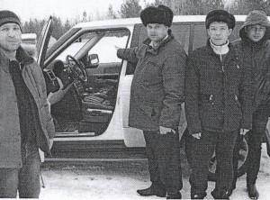Роман Рудовский (в центре) показывает место, где он совершил провокацию взятки