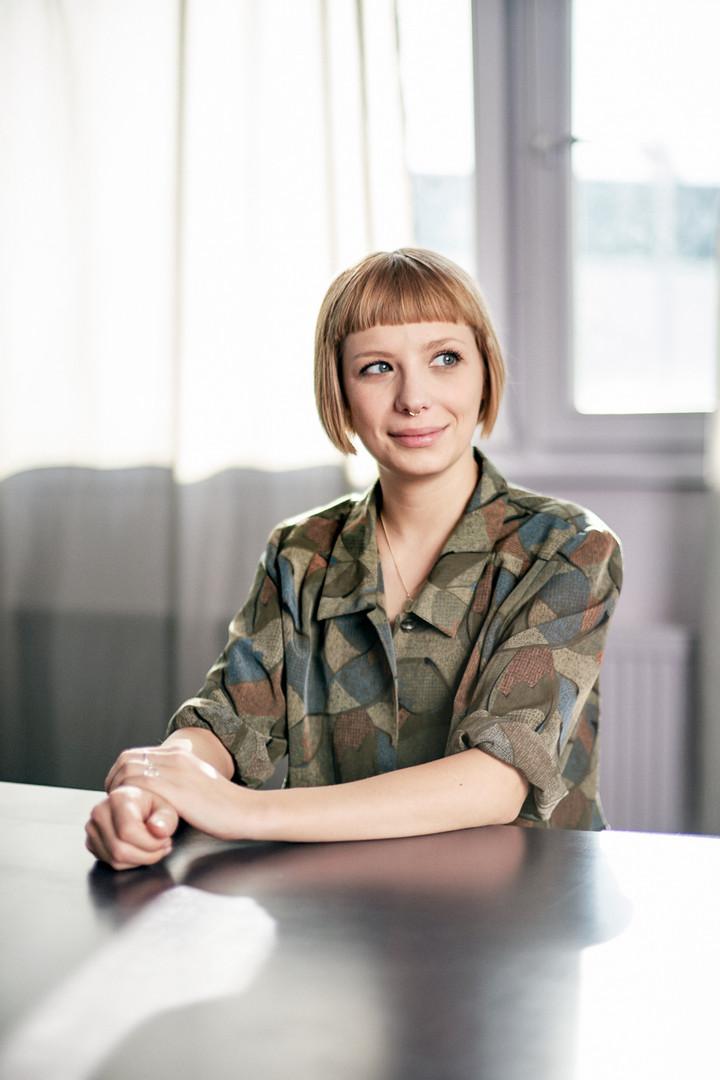 PortPorträt Foto Designerin in Studioät Foto Designerin in Studio