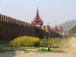旧王宮の城壁とマンダレーヒル