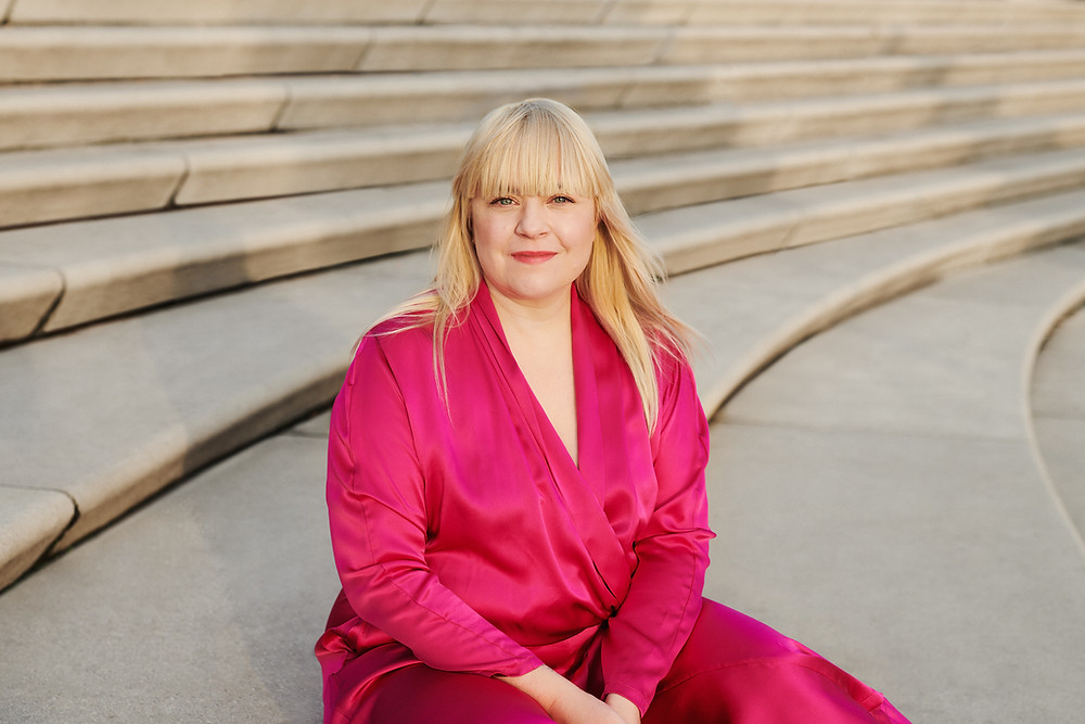 Melodie Michelberger pinkfarbener Anzug