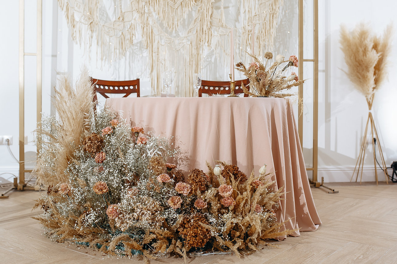 Romantic table setting in a restaurant f
