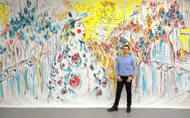 Константин Прусов на фоне занавеса выставки