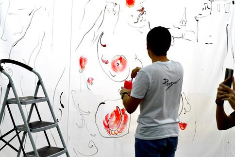 Константин Прусов расписывает занавесы выставки «Марфа у да Винчи»