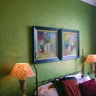 Декоративная краска мокрый шелк в интерьере