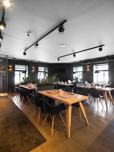 стулья Eames. черный интерьер в ресторане b