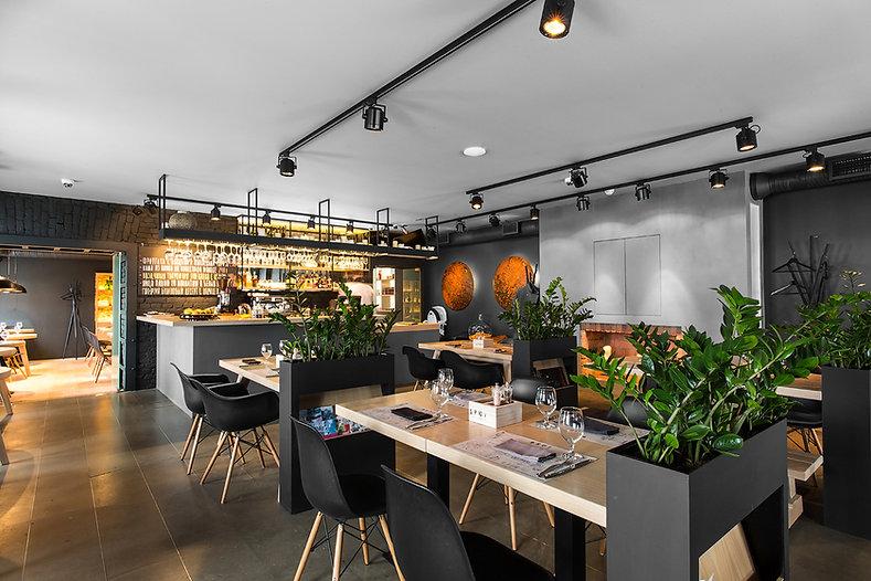 серый бетонный наливной пол в ресторане брют
