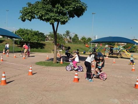 """""""Escola do Pedala"""" ensina população a andar de bicicleta"""