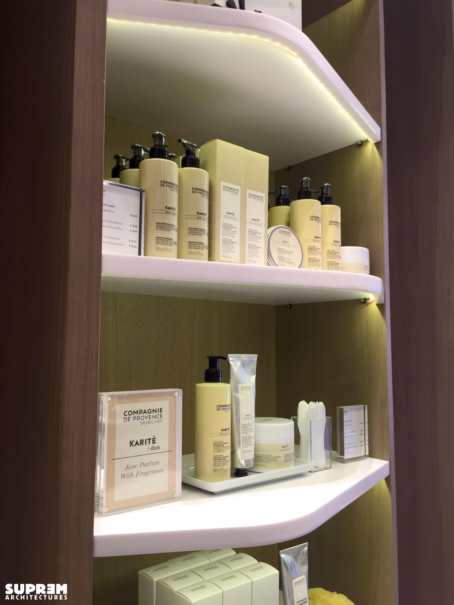 """Boutique """"Compagnie de Provence"""" MILAN - Etagères produits"""