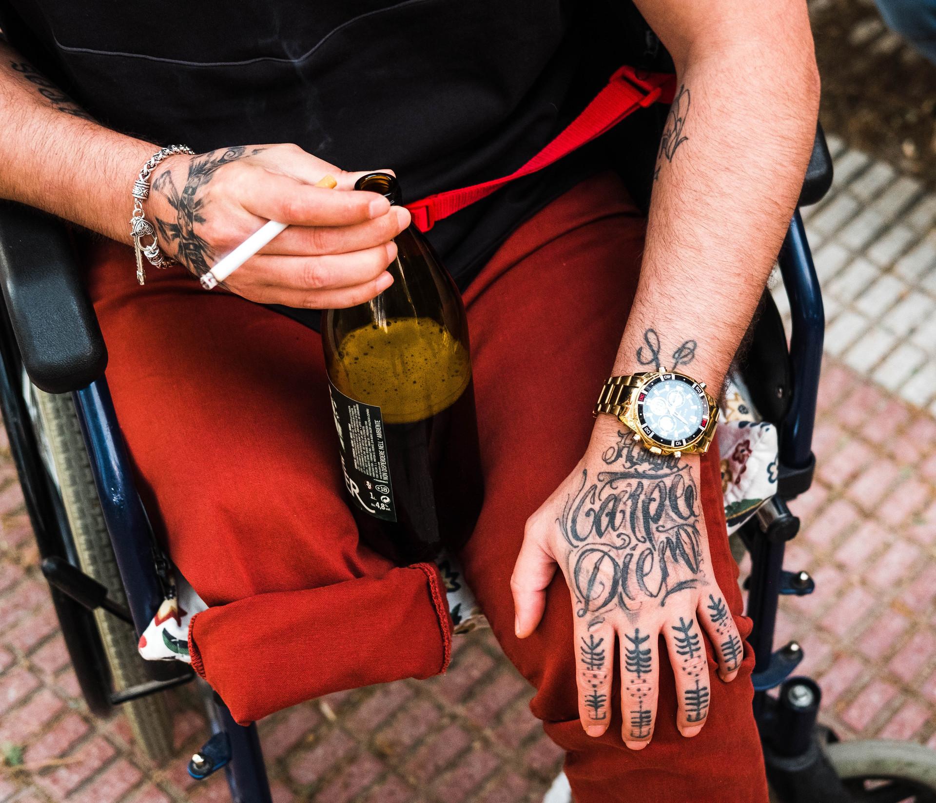 """""""Mi cara no la saques , pero los tatuajes si. En el de la mano pone Carpe Diem, vive el momento , yo ya vivi el mio , ahora vivelo tu"""""""