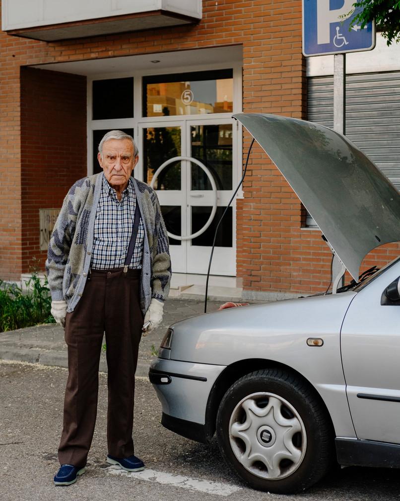 """""""Me va a costar  500 euros arreglar el coche . Se ha roto el embrague  y ahora no hay ningun taller abierto, mientras tanto lo intento arreglar yo..."""""""