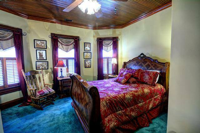Southern Charm - Queen Guest Room