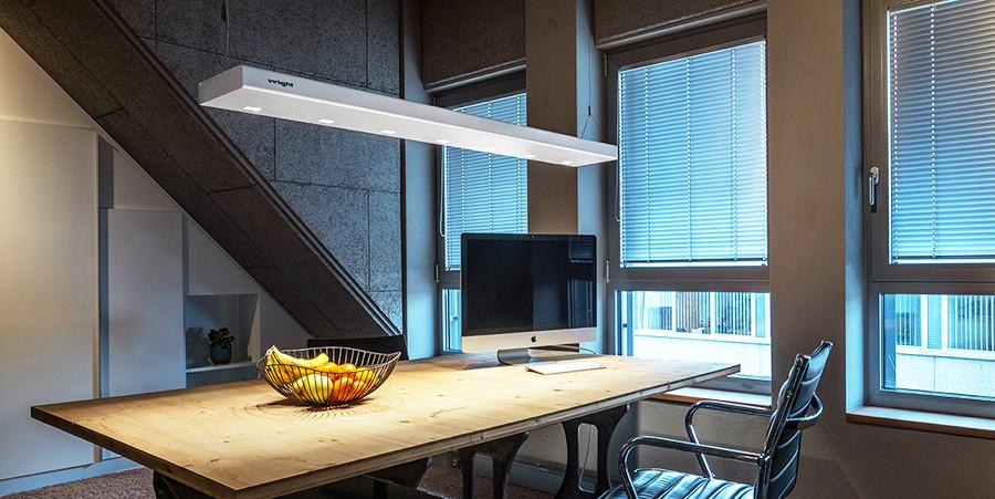 virlight über dem Schreibtisch