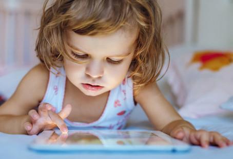 Exposição precoce aos eletrônicos pode causar problemas cognitivos nas crianças
