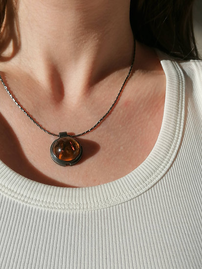 Dimension pendant with amber