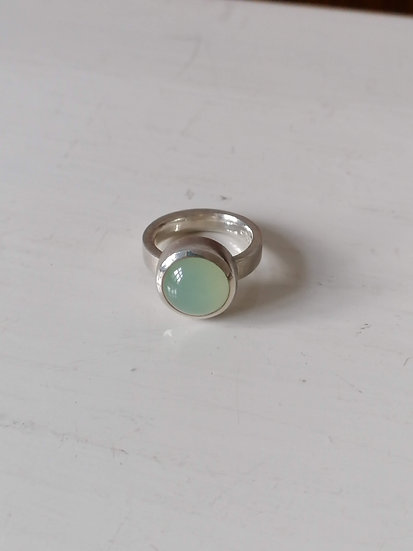 Basic ring with green chalcedony