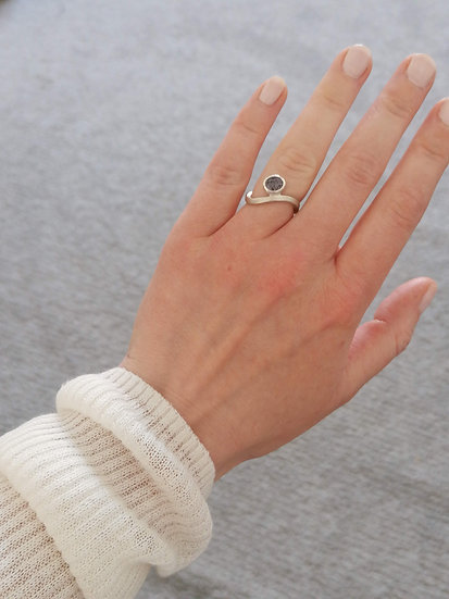 Wave ring with spinel