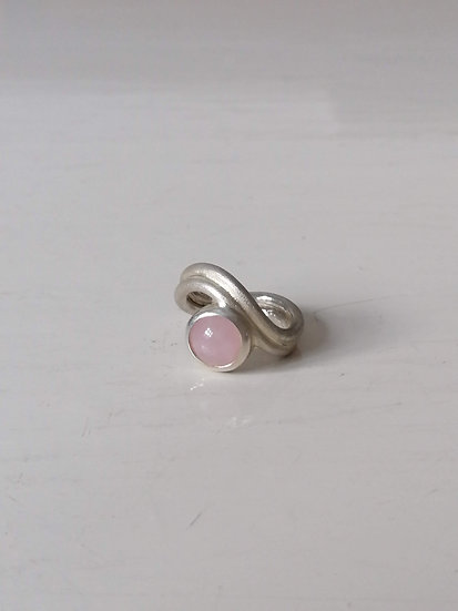 Twin wave ring with rosequartz