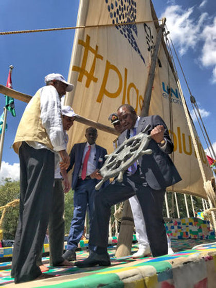 Le Président Kenyatta reçoit un cadeau s