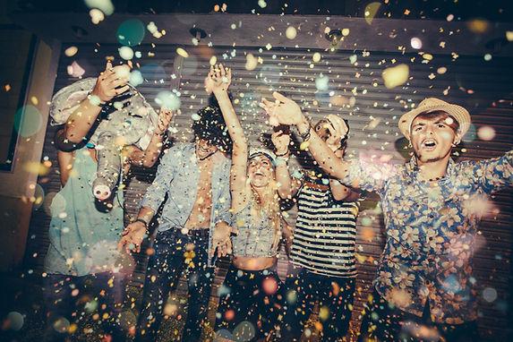 Groupe de jeunes heureux et en fête