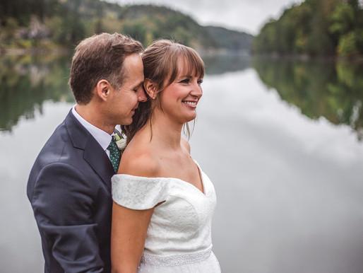 Bröllopsportätt vid götakanal.