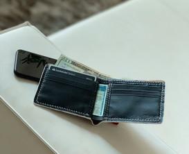Todas as carteiras trazem interior em couro legítimo com 6 bolsos para cartões e duas entradas laterais para CNH, documento de carro e/ou diversos cartões de visita, além do bolso para cédulas.