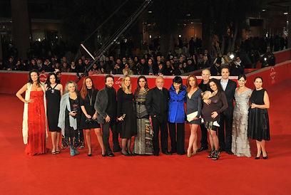 """Paulo Coelho és a """"The Experimental Witch"""" rendezői a Római Filmfesztivál vörös szőnyegén."""