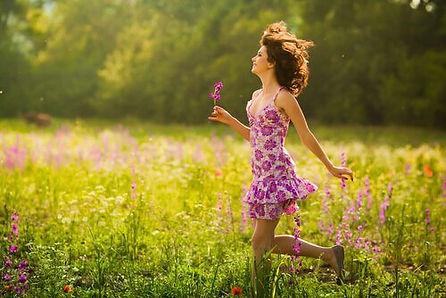 mulher-entre-flores-sorrindo-e-feliz.jpg
