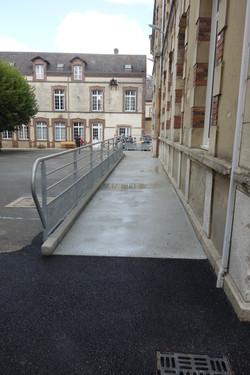 Rampe d'accès au bâtiment central