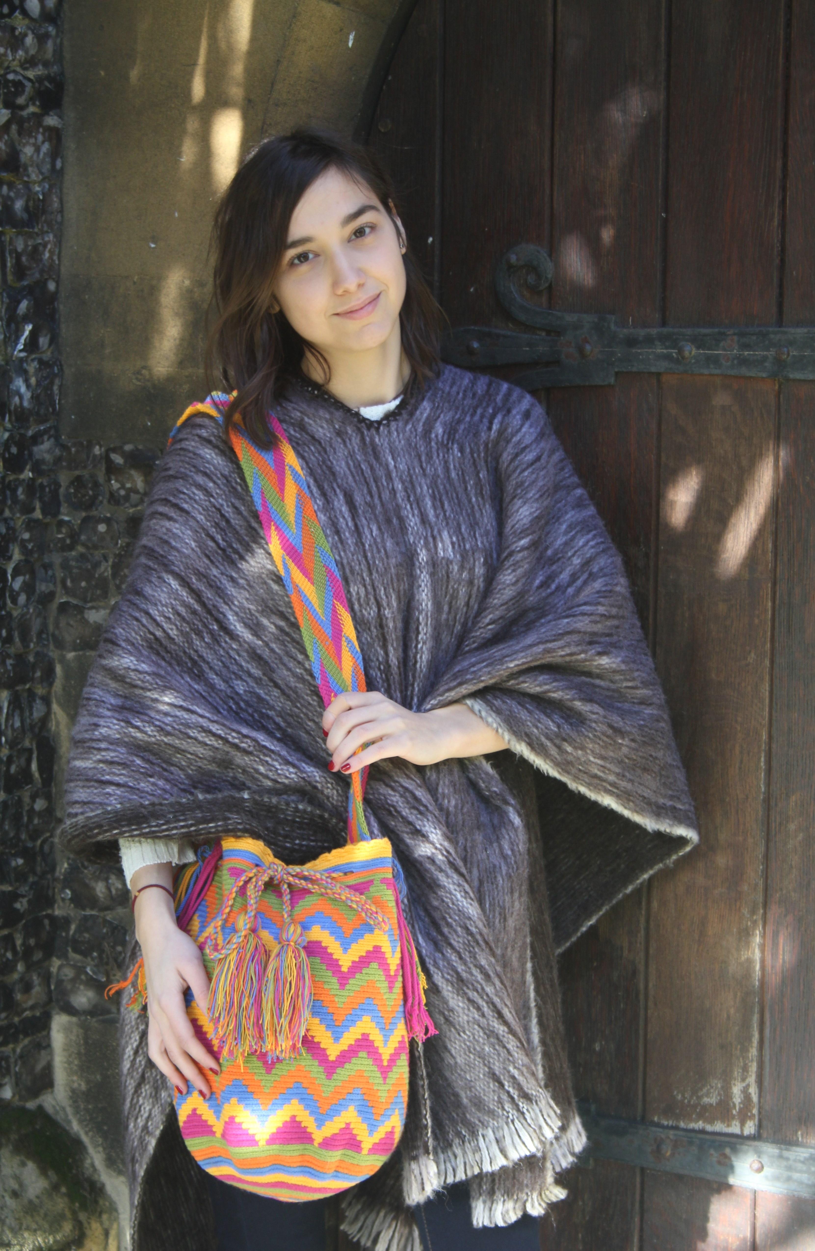 Carolina in poncho  + mochila