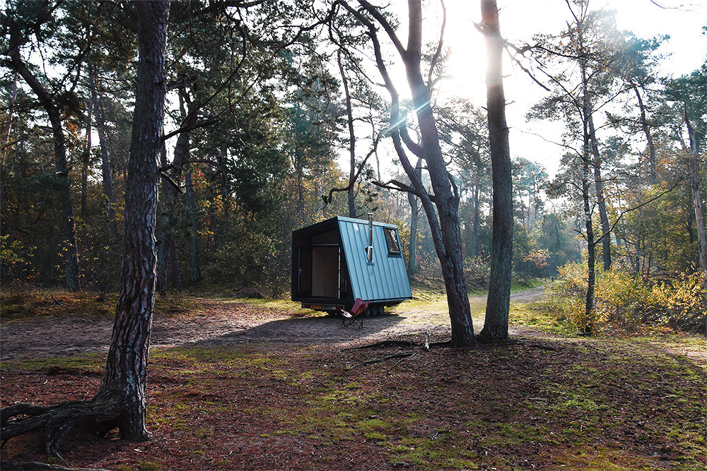 hidden hut in het bos.jpg