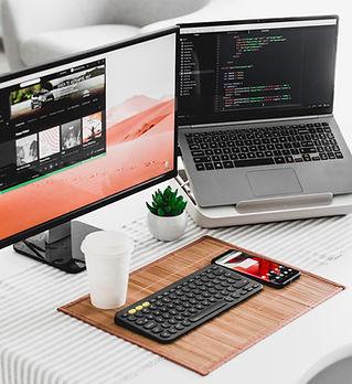 Deux écrans d'ordinateur