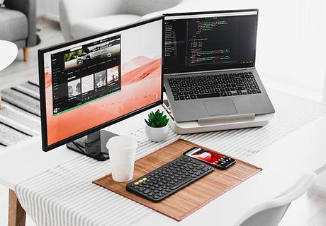 Computer mit zwei Bildschirmen