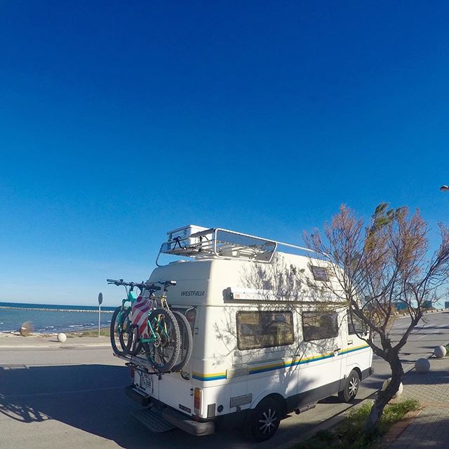 🚐💨☀️🌴😀🚲🇪🇸_=============_#nocomment #bluesky #sun #winter_#fatwesty #busblog #buslife #rvlife