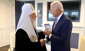 Patriarch Philaret bestowed a medal upon President Joseph Biden in 2018