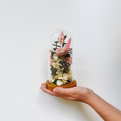 Композиция из стабилизированных растений и розы в стеклянной колбе, пудровая
