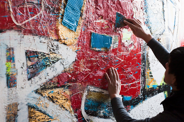 Artista pintando un mural