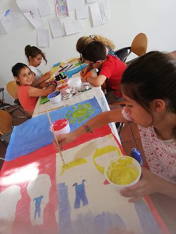 """ferias no palco, """"A escola, o ensino e as aprendizagens não têm de acontecer apenas dentro das salas de aula"""". Esta é a ideia de partida para os ateliers, exclusivos para crianças dos 6 aos 12 anos.  Mais do que ocupar os miúdos em tempo de férias, a iniciativa pretende alertar os mais novos para todas as possibilidades de crescimento, aprendizagem e diversão que estão ao nosso alcance todos os dias, em todos os lugares. Férias no Palco é uma produção lendias d encantar, Beja, Portugal"""