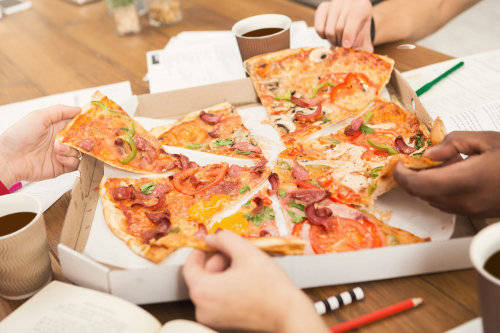 students-learning-and-eating-pizza-EL3ZN
