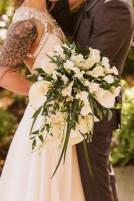 bride and groom, wedding flowers