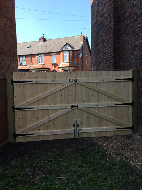 """WOODEN DRIVEWAY GATES 6FT 6"""" HIGH X 10FT WIDE, POSTS AND FIX KIT"""